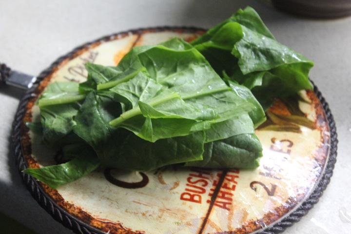Фото рецепта - Крабовый салат со шпинатом и кукурузой - шаг 2