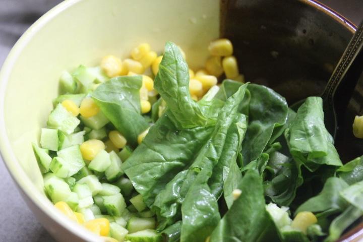 Фото рецепта - Крабовый салат со шпинатом и кукурузой - шаг 4