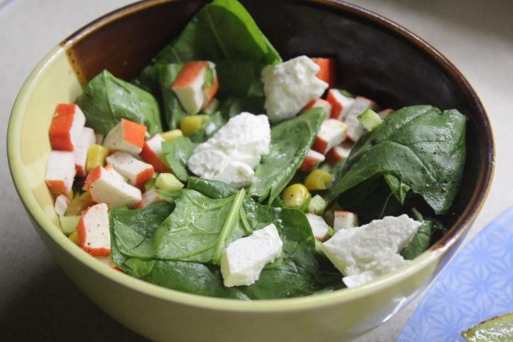 Фото рецепта - Крабовый салат со шпинатом и кукурузой - шаг 5