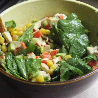 Крабовый салат со шпинатом и кукурузой - рецепт с фото