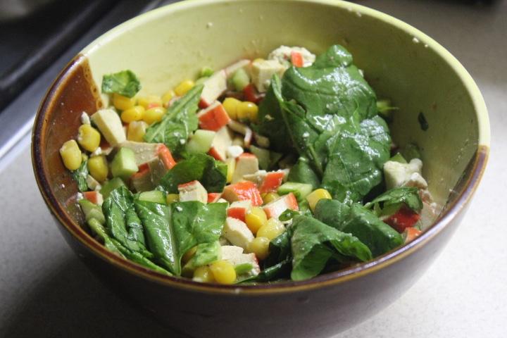 Крабовый салат со шпинатом и кукурузой