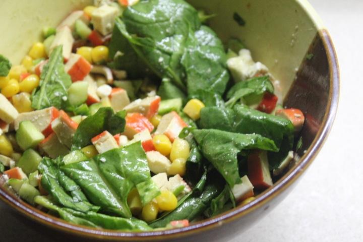 Фото рецепта - Крабовый салат со шпинатом и кукурузой - шаг 6