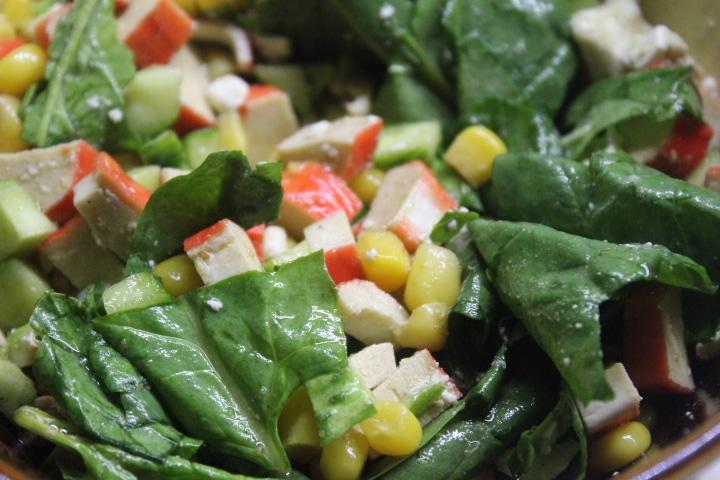Фото рецепта - Крабовый салат со шпинатом и кукурузой - шаг 7