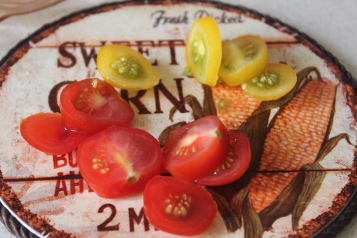 Фото рецепта - Тосты с тунцом, брынзой, черри и шпинатом - шаг 2