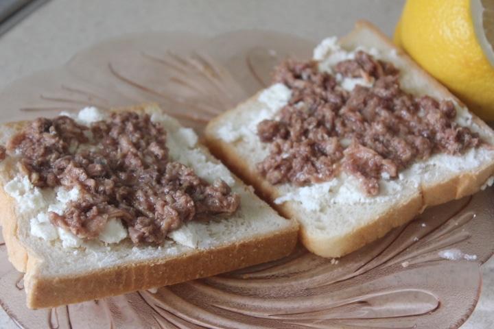 Фото рецепта - Тосты с тунцом, брынзой, черри и шпинатом - шаг 5