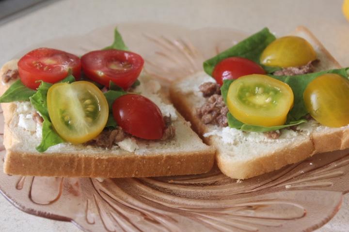 Фото рецепта - Тосты с тунцом, брынзой, черри и шпинатом - шаг 6