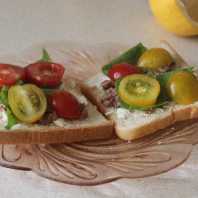 Тосты с тунцом, брынзой, черри и шпинатом - рецепт с фото