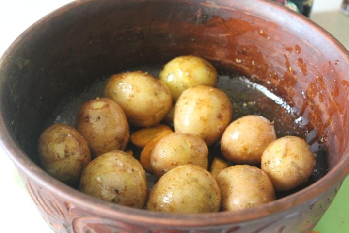 Фото рецепта - Золотистый запеченный картофель по-деревенски с хрустящей корочкой - шаг 2