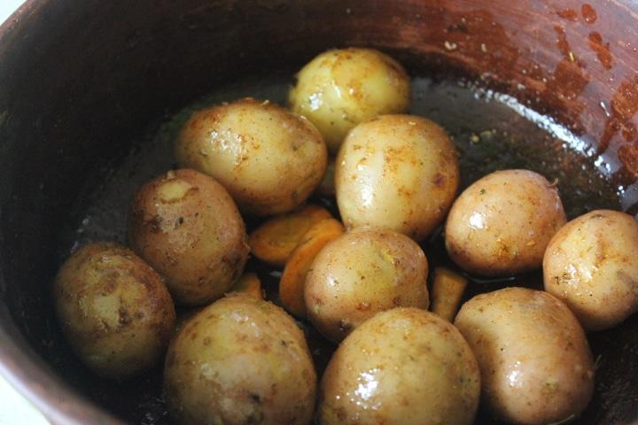 Фото рецепта - Золотистый запеченный картофель по-деревенски с хрустящей корочкой - шаг 3