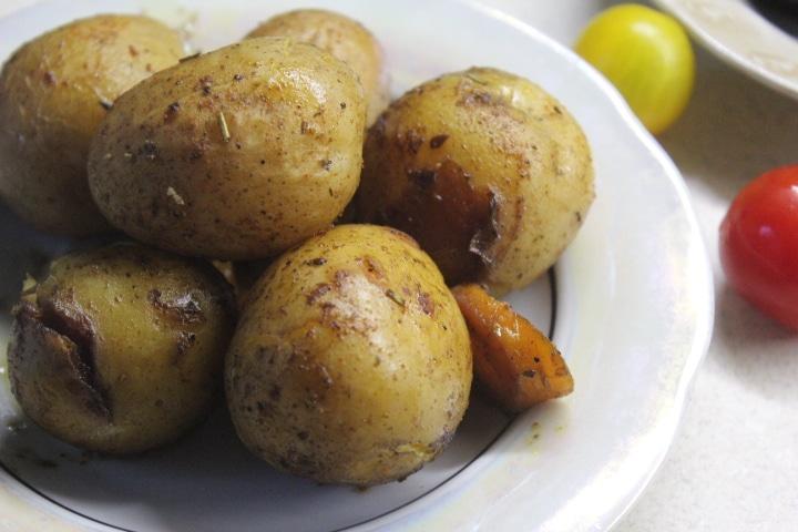Фото рецепта - Золотистый запеченный картофель по-деревенски с хрустящей корочкой - шаг 4