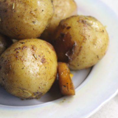 Золотистый запеченный картофель по-деревенски с хрустящей корочкой - рецепт с фото