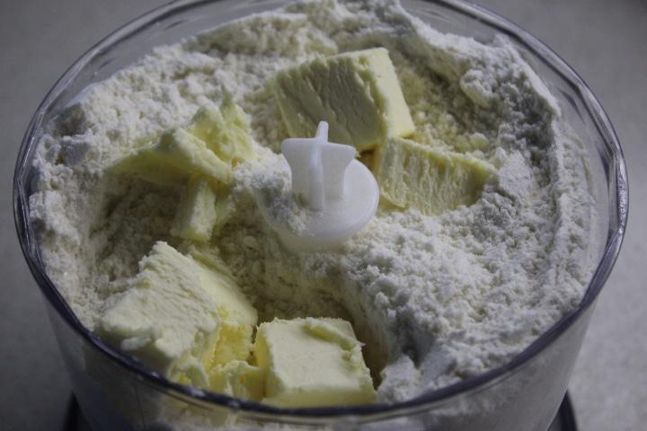 Фото рецепта - Заливной пирог с черникой и ванильно-сметанным кремом - шаг 1