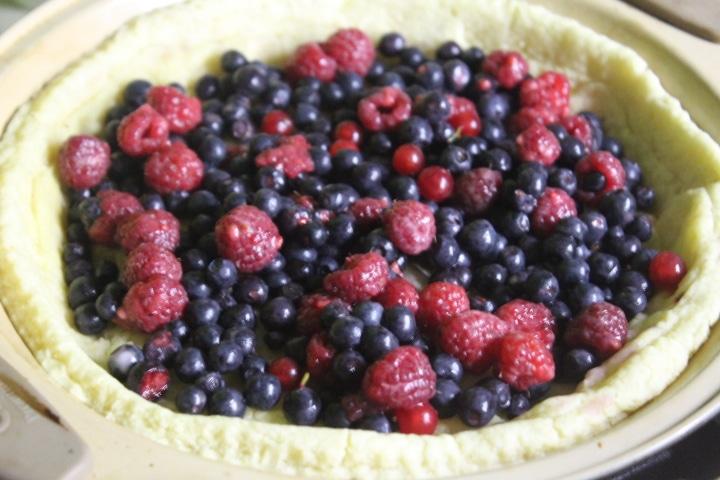 Фото рецепта - Заливной пирог с черникой и ванильно-сметанным кремом - шаг 6