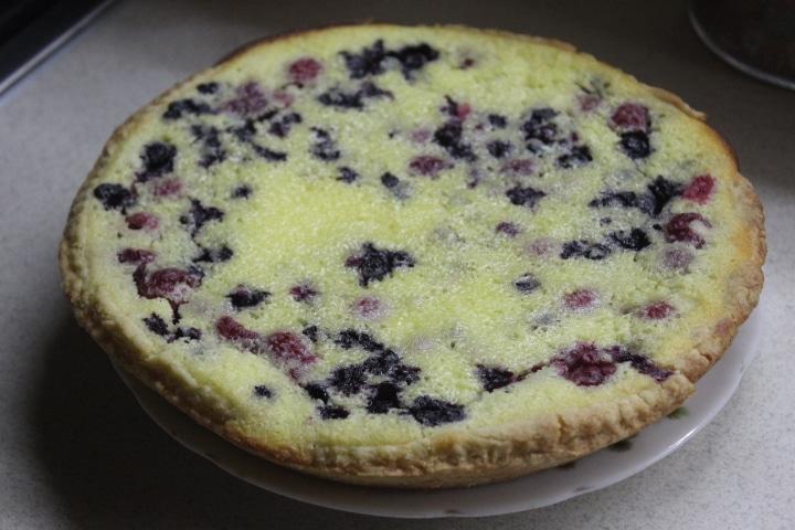Фото рецепта - Заливной пирог с черникой и ванильно-сметанным кремом - шаг 8