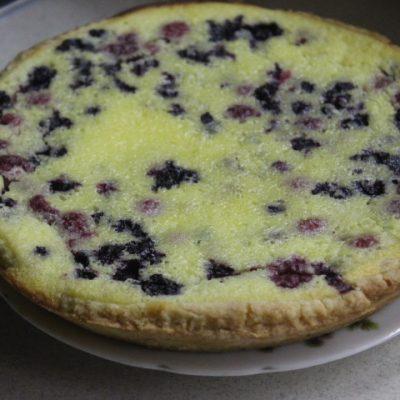 Заливной пирог с черникой и ванильно-сметанным кремом - рецепт с фото