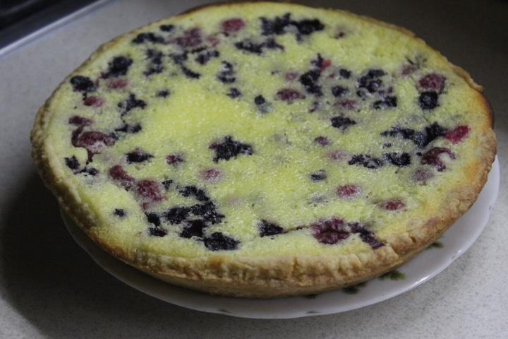 Заливной пирог с черникой и ванильно-сметанным кремом