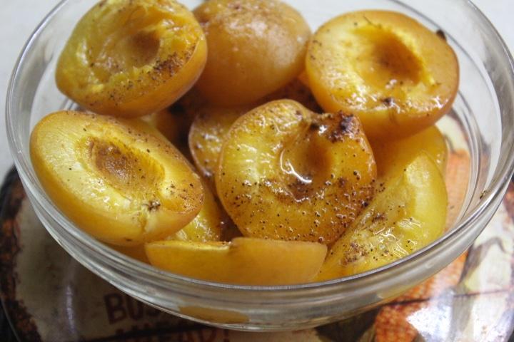 Фото рецепта - Запеченный абрикосовый десерт с корицей и ромом - шаг 4