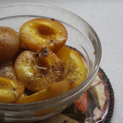 Запеченный абрикосовый десерт с корицей и ромом - рецепт с фото