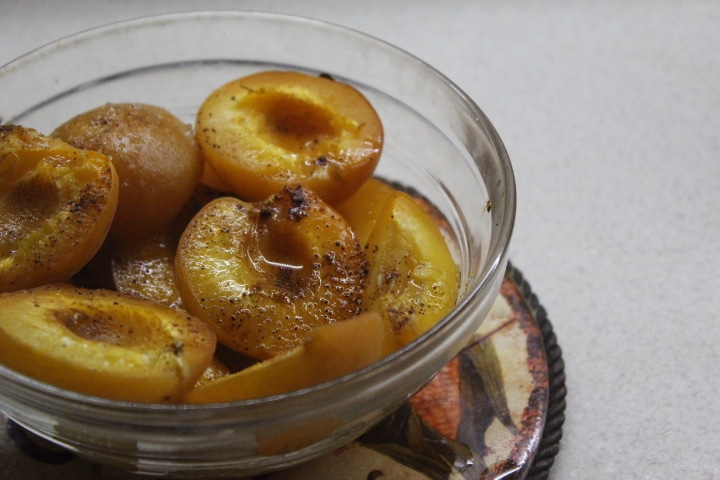 Запеченный абрикосовый десерт с корицей и ромом