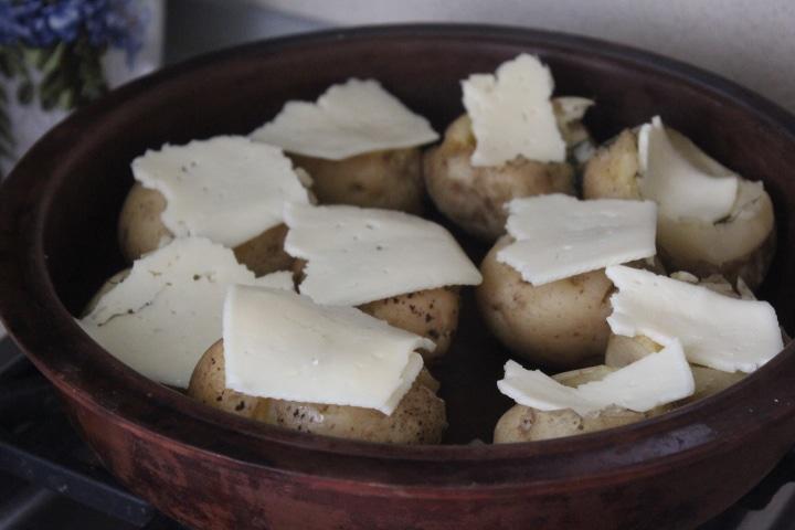 Фото рецепта - Фаршированный картофель по-деревенски с зеленью, шпиком и сыром - шаг 5