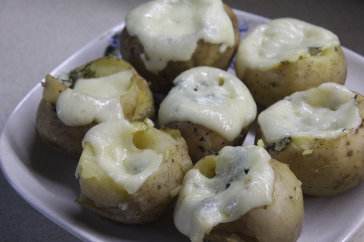 Фото рецепта - Фаршированный картофель по-деревенски с зеленью, шпиком и сыром - шаг 6
