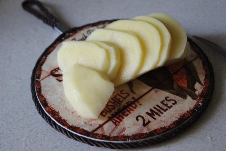 Фото рецепта - Картофельная запеканка с томатами – без майонеза - шаг 1