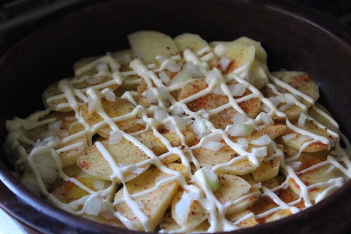 Фото рецепта - Картофельная запеканка с томатами – без майонеза - шаг 4