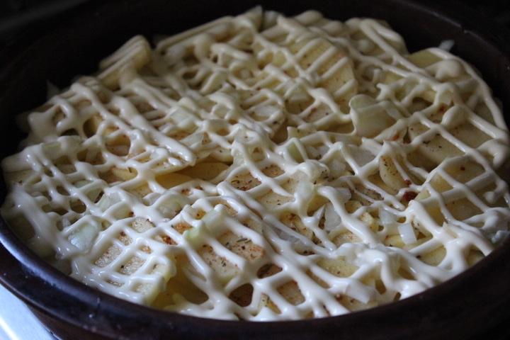 Фото рецепта - Картофельная запеканка с томатами – без майонеза - шаг 5