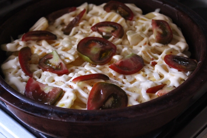 Фото рецепта - Картофельная запеканка с томатами – без майонеза - шаг 6