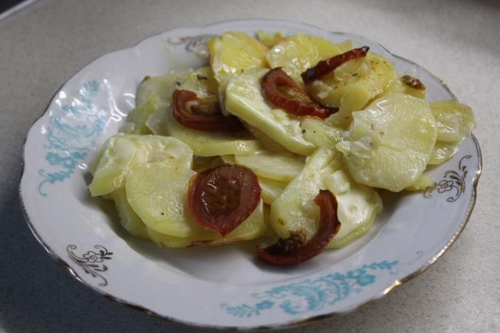 Фото рецепта - Картофельная запеканка с томатами – без майонеза - шаг 7