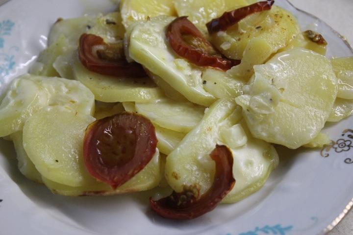 Фото рецепта - Картофельная запеканка с томатами – без майонеза - шаг 8
