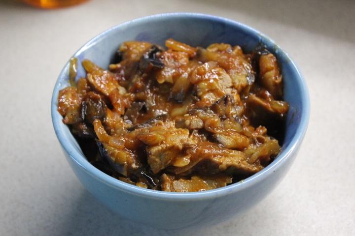 Фото рецепта - Говядина с баклажанами – острая закуска в томатном соусе - шаг 7