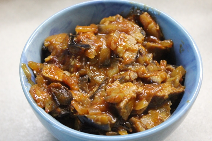 Фото рецепта - Говядина с баклажанами – острая закуска в томатном соусе - шаг 8