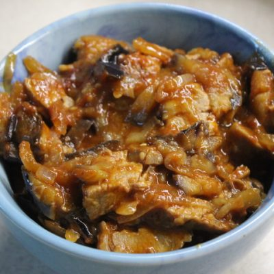 Говядина с баклажанами – острая закуска в томатном соусе - рецепт с фото