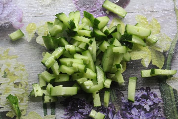 Фото рецепта - Капустный салат с зеленым перцем и огурцом - шаг 3