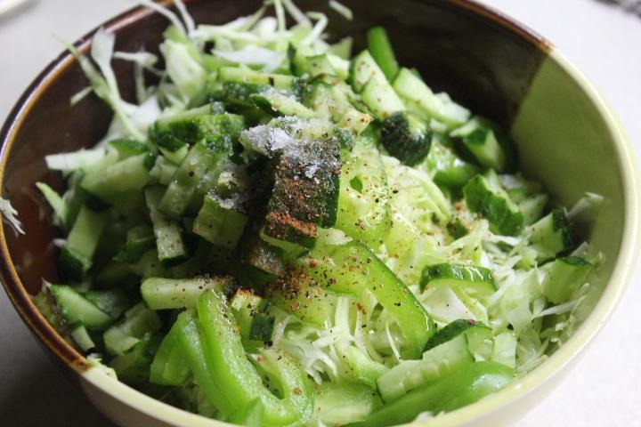 Фото рецепта - Капустный салат с зеленым перцем и огурцом - шаг 4