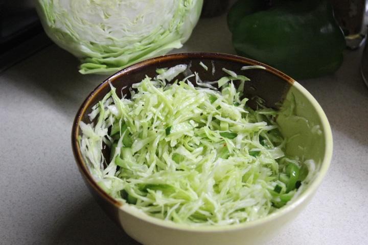 Капустный салат с зеленым перцем и огурцом