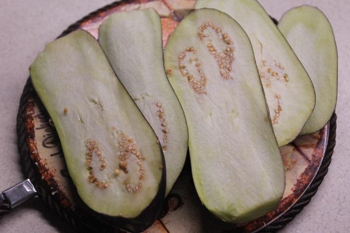 Фото рецепта - Теплый салат с баклажанами, грибами и перцем - шаг 1