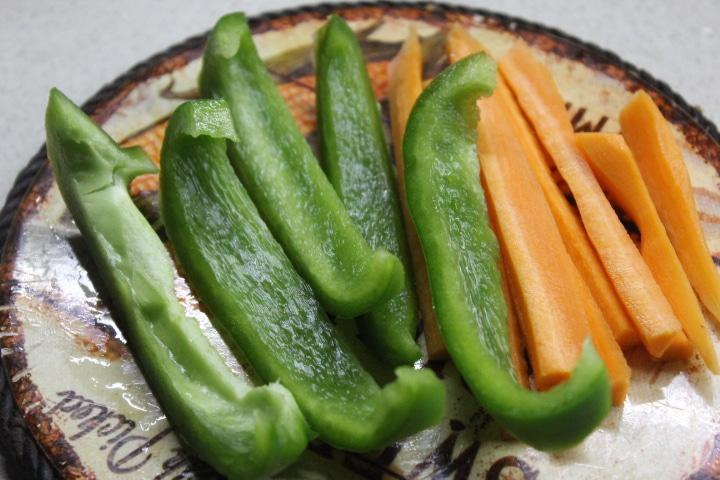 Фото рецепта - Теплый салат с баклажанами, грибами и перцем - шаг 2