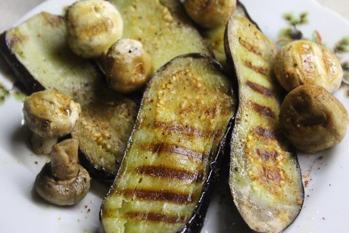 Фото рецепта - Теплый салат с баклажанами, грибами и перцем - шаг 5