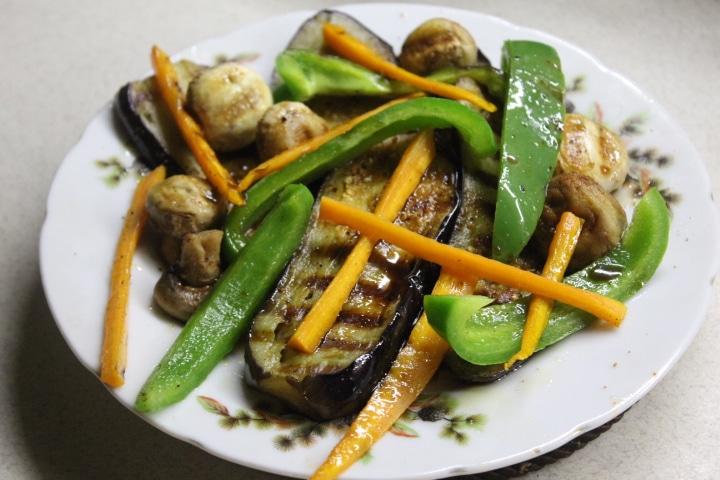 Фото рецепта - Теплый салат с баклажанами, грибами и перцем - шаг 6