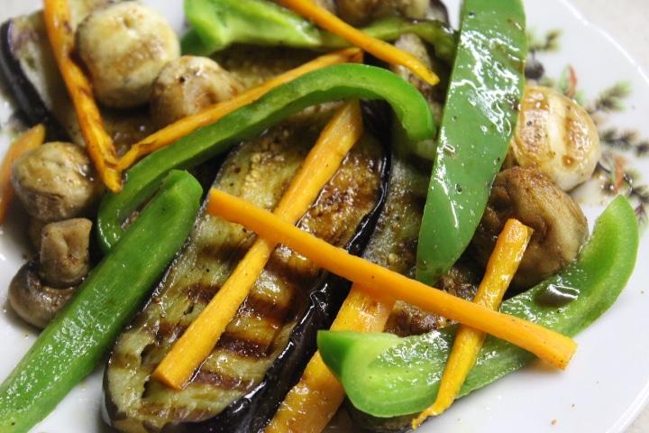 Фото рецепта - Теплый салат с баклажанами, грибами и перцем - шаг 7