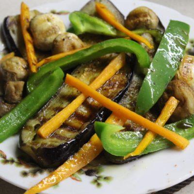 Теплый салат с баклажанами, грибами и перцем - рецепт с фото