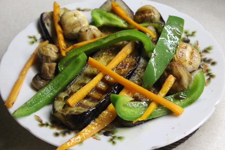 Теплый салат с баклажанами, грибами и перцем