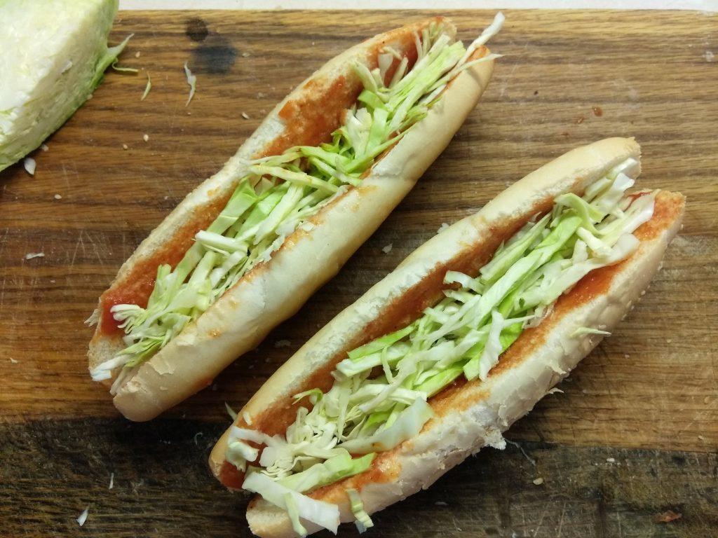 Фото рецепта - Домашний хот-дог с сосиской и овощами - шаг 2