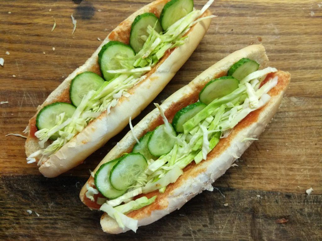Фото рецепта - Домашний хот-дог с сосиской и овощами - шаг 3