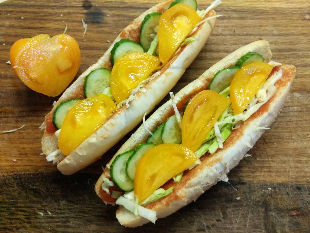Фото рецепта - Домашний хот-дог с сосиской и овощами - шаг 4