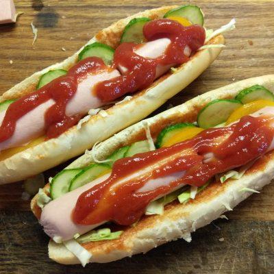 Фото рецепта - Домашний хот-дог с сосиской и овощами - шаг 5