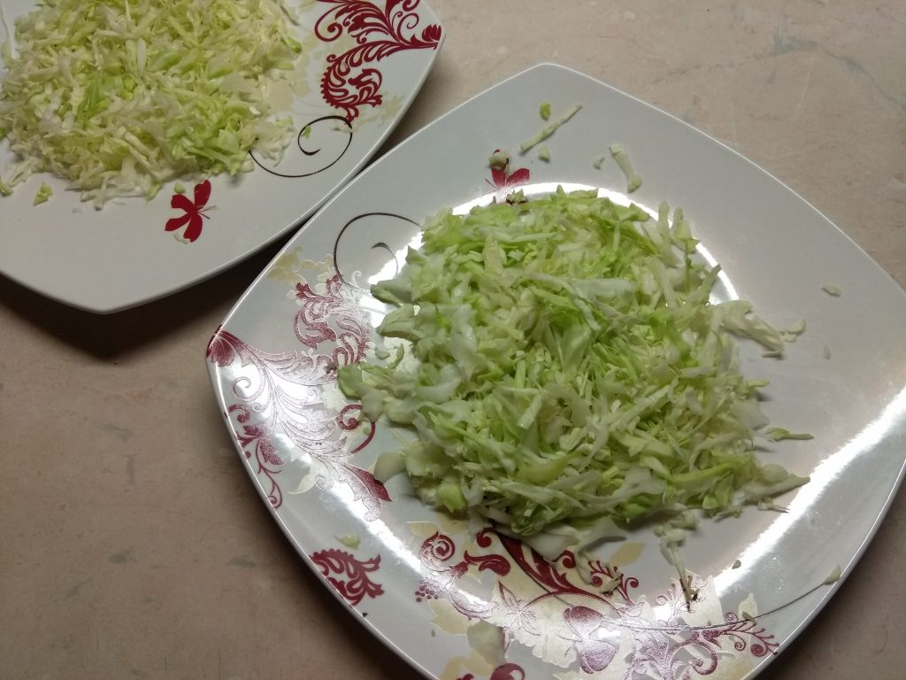 Фото рецепта - Салат с куриным филе, помидорами и капустой - шаг 1