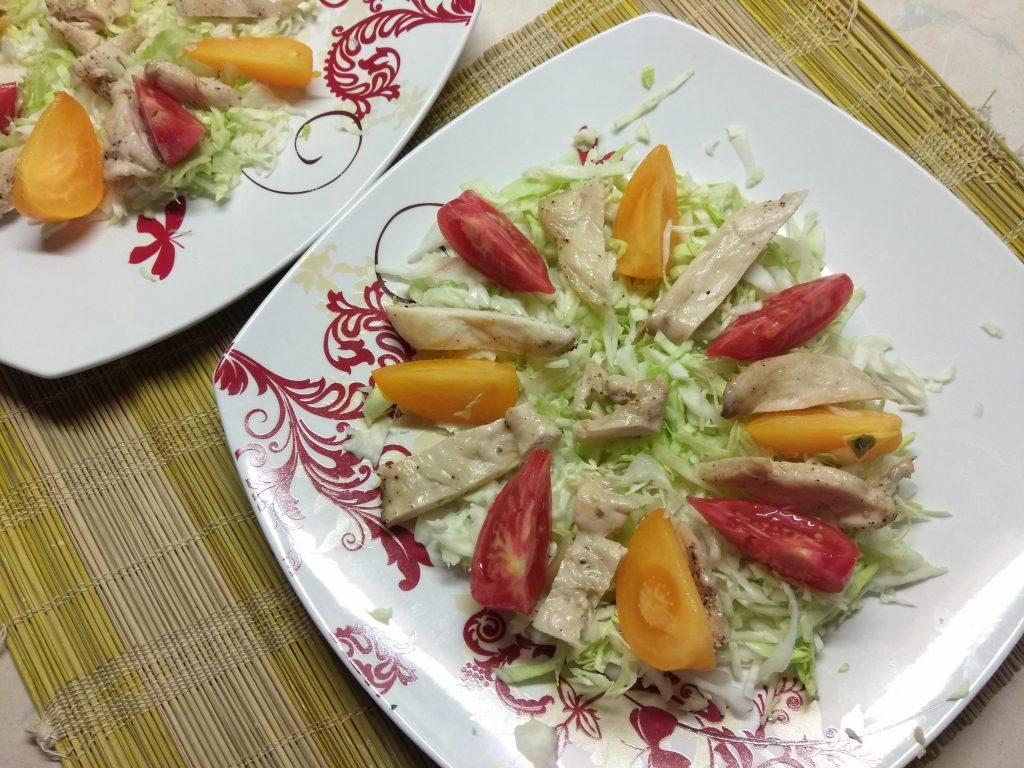 Фото рецепта - Салат с куриным филе, помидорами и капустой - шаг 3